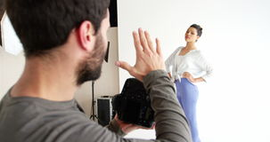 与女性模型的摄影师射击在时尚射击期间 影视素材