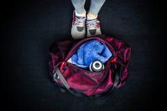 与女性腿的健身袋子 免版税库存照片