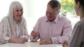 与女性财政顾问和签署的文件的成熟夫妇会议 股票录像