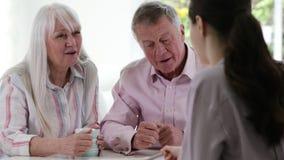 与女性财政顾问的成熟夫妇会谈 股票录像