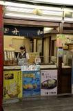 与女性逆职员的日本冰淇凌点心摊位在东京日本 免版税库存图片