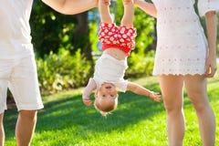 与女婴的滑稽的家庭在公园 库存图片