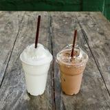 与奶昔的冰冻咖啡在木桌上 免版税库存照片