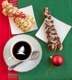 与奶油、两个新月形面包和发光的红色球的咖啡 免版税库存照片