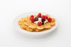 与奶油、果酱和莓的奶蛋烘饼 库存照片