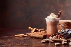 与奶油、桂香、巧克力片和各种各样的香料的可可粉 库存图片