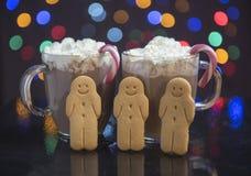 与奶油、棒棒糖和姜饼人的热巧克力 库存照片