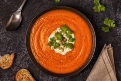 与奶油、种子和荷兰芹的南瓜和红萝卜汤 库存照片