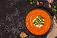 与奶油、种子和荷兰芹的南瓜和红萝卜汤 库存图片