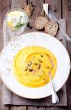 与奶油、种子和麝香草的南瓜汤 免版税库存图片