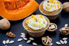 与奶油和南瓜的南瓜杯形蛋糕 库存图片