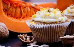与奶油和南瓜的南瓜杯形蛋糕 免版税库存图片