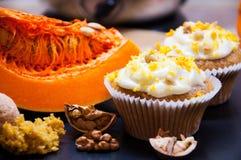 与奶油和南瓜的南瓜杯形蛋糕 免版税图库摄影