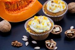 与奶油和南瓜的南瓜杯形蛋糕 库存照片