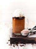 与奶油和巧克力冰淇凌的被冰的咖啡 免版税库存照片
