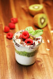 与奶油和巧克力的五颜六色的水果沙拉在瓶子 免版税库存图片