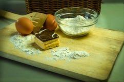与奶油和巧克力的果馅奶酪卷蛋糕 库存照片