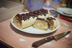 与奶油和巧克力结冰的肉卷 库存图片