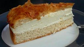 与奶油和杏仁的饼片在茶碟 免版税图库摄影