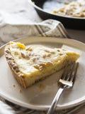 与奶油和松果的蛋糕 免版税库存图片