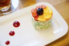 与奶油和果子的东方土耳其酥皮点心 免版税库存图片