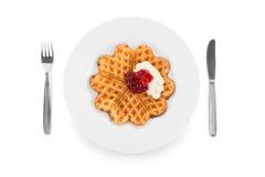 与奶油和果酱的奶蛋烘饼 免版税库存照片