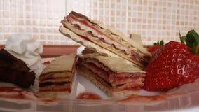 与奶油和果酱的家庭手工制造薄酥饼 免版税图库摄影