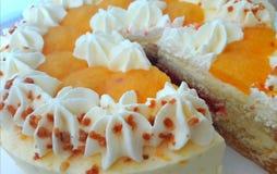 与奶油和果酱的蛋糕 免版税库存图片