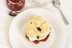 与奶油和果酱的顶视图烤饼 库存图片