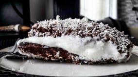 与奶油和椰子粉末的土耳其点心Saray Sarma/巧克力布丁 免版税库存照片