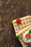 与奶油和草莓的奶蛋烘饼 免版税库存照片
