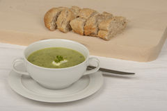 与奶油和荷兰芹的绿皮胡瓜汤 免版税库存图片