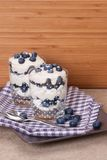 与奶油和蛋白甜饼的蓝莓点心 库存照片