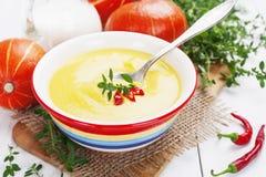 与奶油和辣椒的辣南瓜汤 库存图片