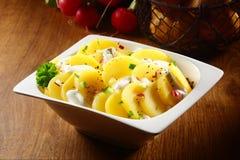 与奶油和香料的开胃土豆沙拉 免版税库存图片