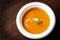 与奶油和麝香草的红萝卜和薯类乳脂状的汤 免版税库存图片