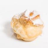 与奶油和结冰的小饼可口点心 图库摄影