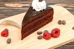 与奶油和结冰的巧克力蛋糕 库存照片