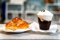 与奶油的典型的咖啡granita 免版税库存照片