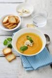 与奶油的南瓜和红萝卜汤 库存照片