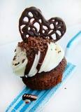 与奶油的巧克力杯形蛋糕 图库摄影