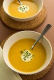与奶油的新鲜的南瓜汤装饰 免版税库存图片