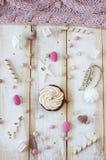 与奶油的杯形蛋糕在板材有糖果背景 库存照片