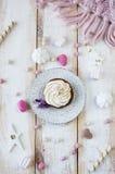 与奶油的杯形蛋糕在糖果背景的板材 库存照片