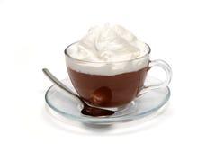 与奶油的热巧克力在玻璃杯子 库存照片