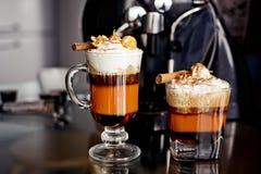 与奶油的焦糖咖啡 免版税图库摄影