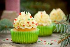 与奶油的美丽的圣诞节杯形蛋糕 免版税库存图片