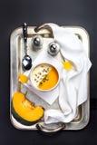 与奶油的美丽的秋天南瓜汤在有si的一个白色碗 库存图片