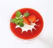 与奶油的草莓纯汁浓汤 免版税库存照片