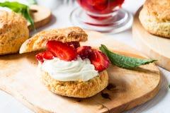 与奶油的草莓脆饼 图库摄影